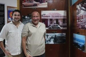 (desde la izquierda) Daryl Acevedo y su padre Russ Acevedo juntos al padre de Russ, Ramon y su abuela Maria.